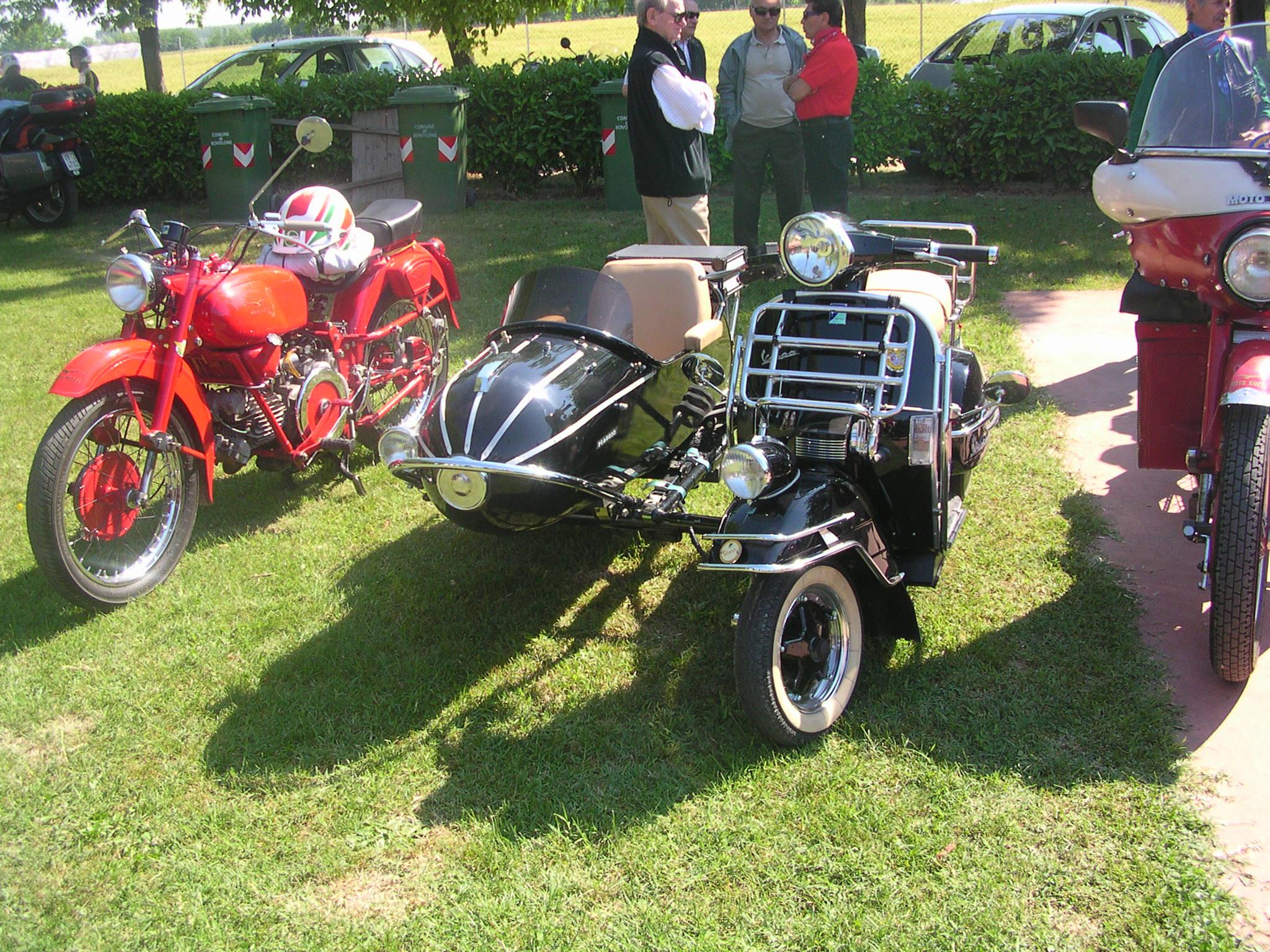 Scooter With A Sidecar Le dimensioni di visualizzazione sono limitate automaticamente, premi ...